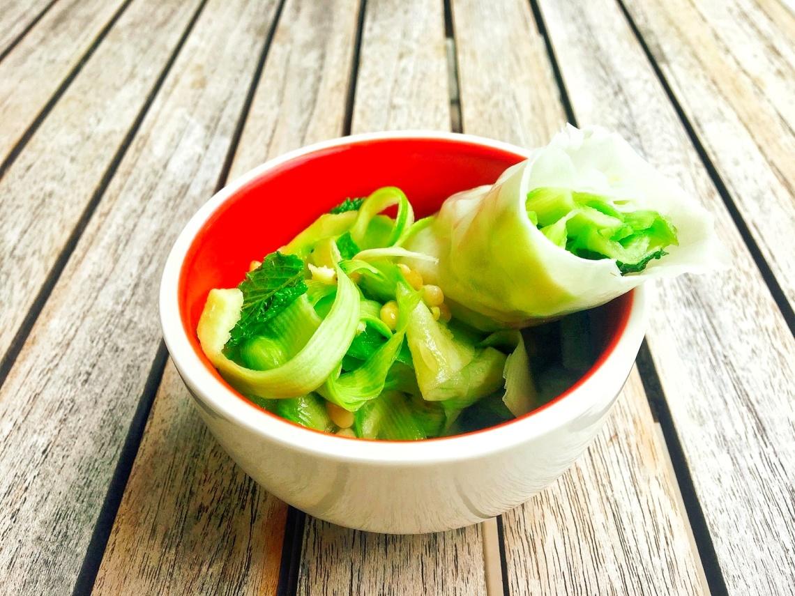 courgettes huile ara, nuoc mama, gingembre, menthe, pignons, courgettes vermicelles de riz dans le rouleau.jpeg