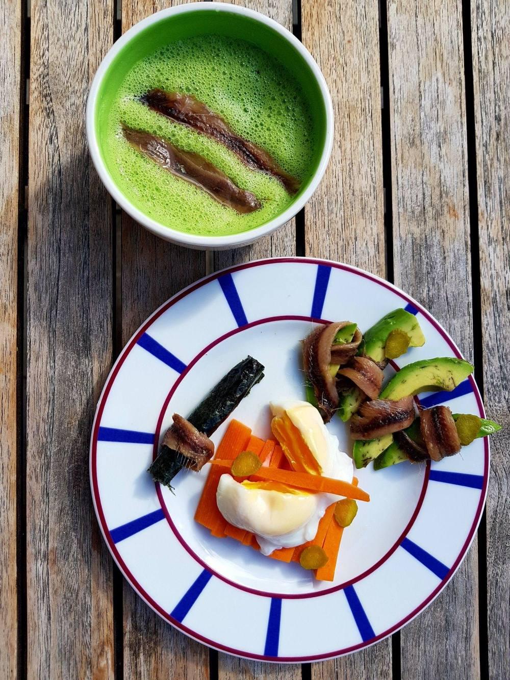 Soupe de courgettes et anchois, oeuf mollet sur carottes, avocat, cornichons et feuille nori .jpg