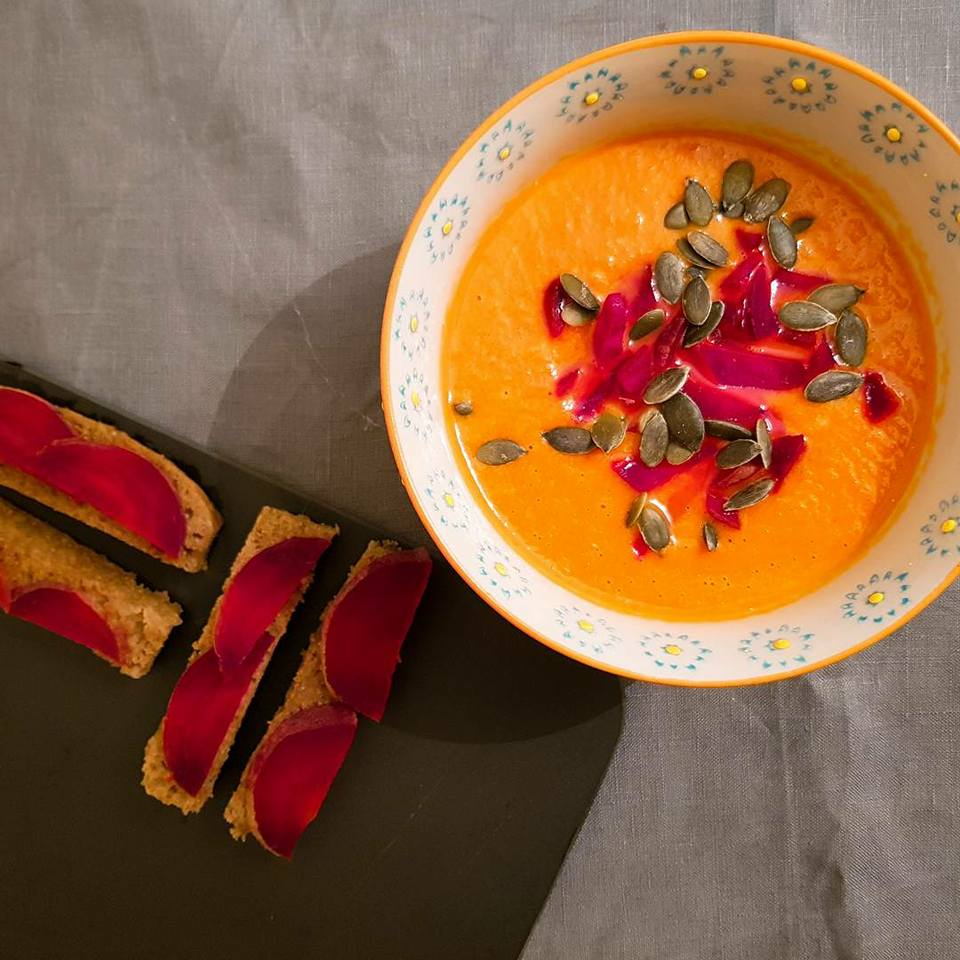 soupe de tomates et pain grillé